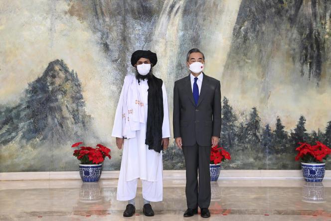 Le mollah Abdul Ghani Baradar et le ministre chinois des affaires étrangères Wang Yi lors de leur réunion à Tianjin, en Chine, le 28 juillet 2021.
