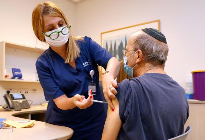 Un homme reçoit une troisième dose du vaccin Pfizer-BioNTech près de Tel-Aviv, en Israël, le 12 juillet.