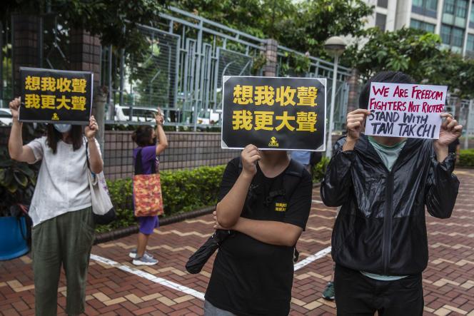 Des partisans prodémocratie manifestent devant le tribunal de Fanling, à Hongkong, le 8 septembre 2020, alors que le militant Tam Tak-chi comparaît pour sédition.