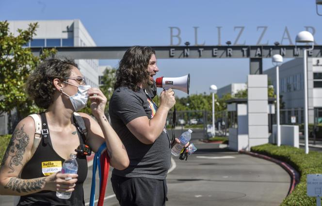 Des salariés de Blizzard Entertainment lors d'une manifestation à Irvine, en Californie, le 28 juillet 2021.