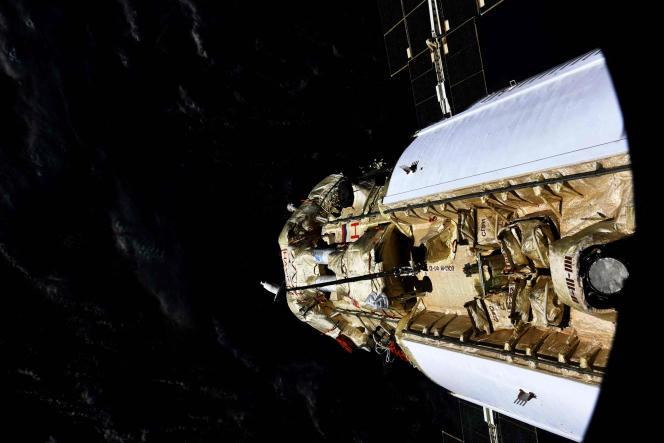 Le module de laboratoire polyvalent russeNauka(science) s'amarrant à la Station spatiale internationale, photographié par l'agence spatiale russe Roscosmos le 29juillet 2021.