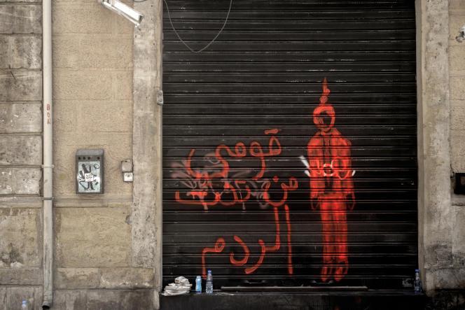 «Lève-toi de sous les décombres», est-il écrit à côté du dessin d'un homme pendu dans le quartier de Geymezeh, à Beyrouth, au Liban.