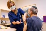 Un homme reçoit une dose du vaccin Pfizer-BioNTech dans une clinique près de Tel-Aviv, en Israël, le 12 juillet 2021.