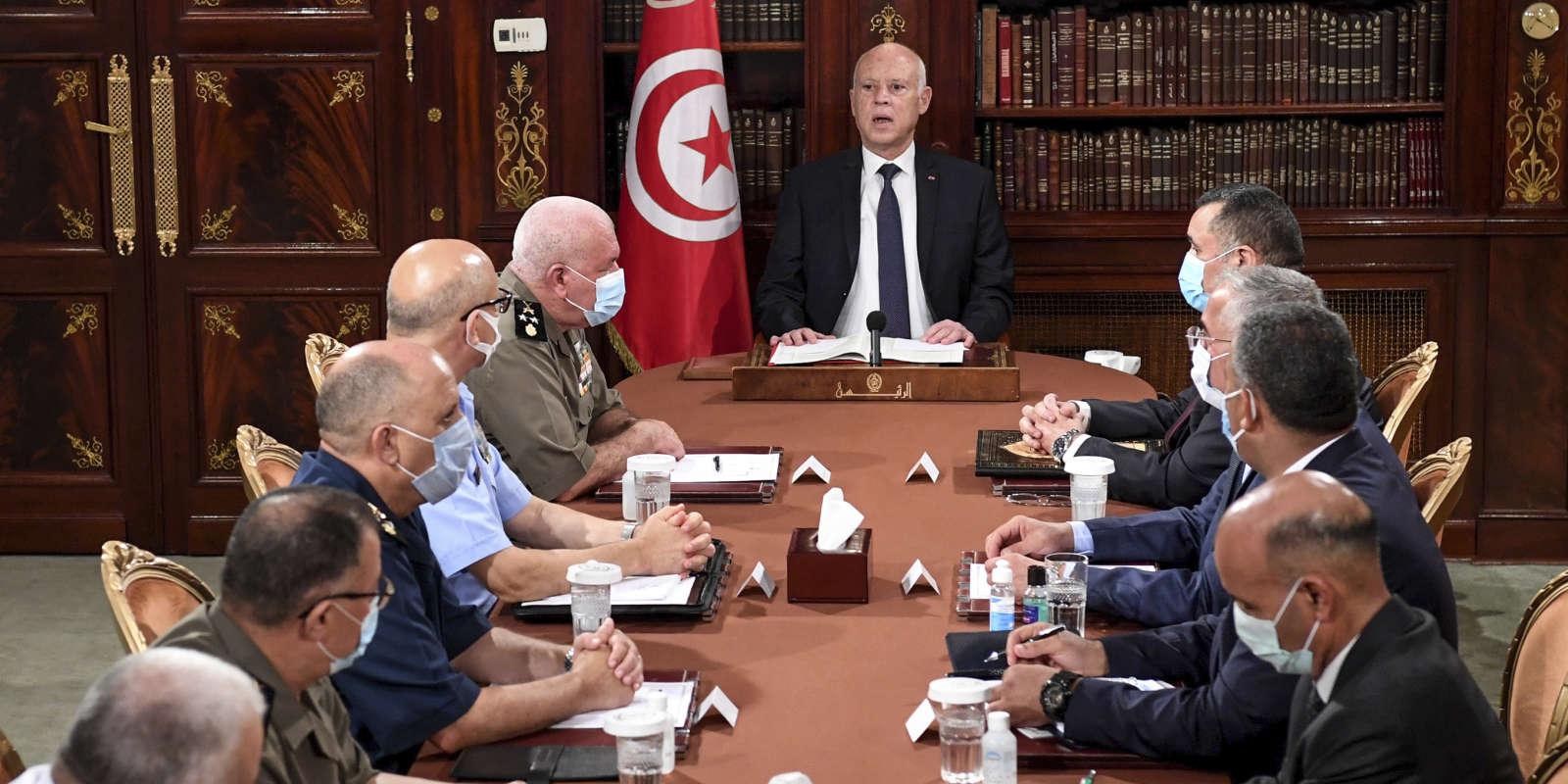 Le président tunisien Kais Saied, au centre, dirige une réunion de sécurité avec des membres de l'armée et des forces de police à Tunis, en Tunisie, dimanche 25 juillet 2021.