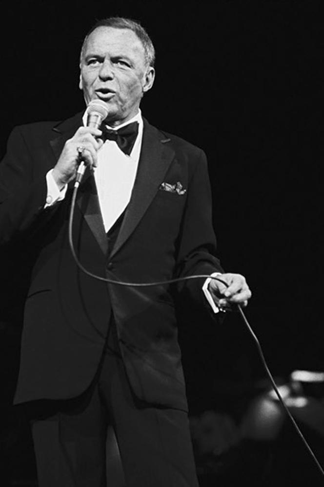 Frank Sinatra sur la scène du Royal Albert Hall, à Londres, en 1975.