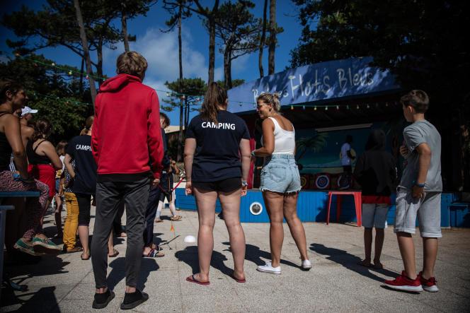 Des adolescents en pleine séance de tir à l'arc, sur la scène du« Bal des Flots Bleus», à Pyla-sur-mer, en Gironde, le 28 juillet 2021.