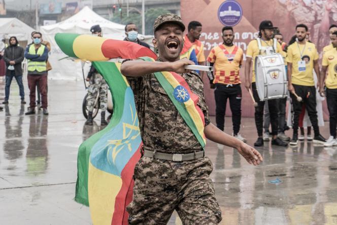 Un soldat de l'arméeéthiopienne porte le drapeau national lors d'une cérémonie d'adieu organisée pour les nouvelles recrues au Tigré, à Addis-Abeba, le 27 juillet 2021.