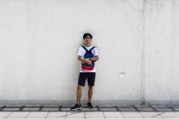 Gotham pose devant son ancienne école secondaire à Cheung Sha Wan, à Hongkong, le 1er juillet 2021.