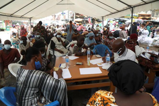 Lors d'une campagne de prévention dans un centre de vaccination mobile au marché d'Adjamé, à Abidjan, le 5 juillet 2021.