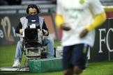 Un caméraman pour la chaîne BeIN Sports lors d'un match de Ligue 1 au stade Beaujoire de Nantes, en 2014.
