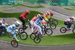 La Française Axelle Etienne (au centre) lors de la demi-finale de BMX, aux JO de Tokyo, le 30juillet.