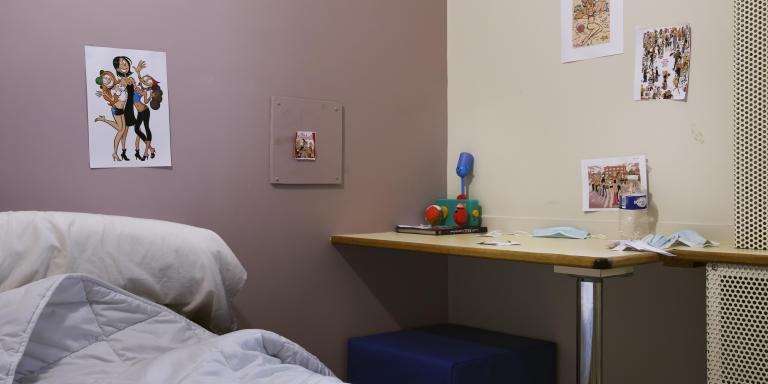 Dans l'une des huit chambres des Urgences et Liaison de Psychiatrie Juvéno-Infantile (ULPIJ) du Val-de-Marne (94), occupée par un patient de 9 ans. Au CHU de Bicêtre le 13/07/2021, Camille Gharbi pour Le Monde.