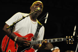 Jacob Desvarieux du groupe antillais Kassav', lors d'un concert le 1ermai 2009 à Abidjan.