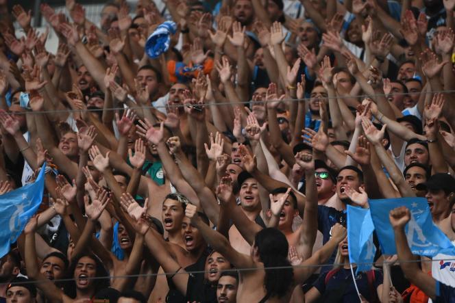 Des supporters de l'Olympique de Marseille encouragent leur équipe lors d'unmatch amical contreVillarreal, à l'Orange Vélodrome de Marseille, samedi 31juillet2021.