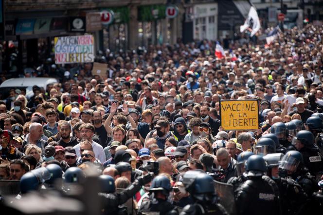 Près de 10 000 manifestants ont traversé Paris de Villiers à place de la Bastille sous étroite escorte policiere samedi.