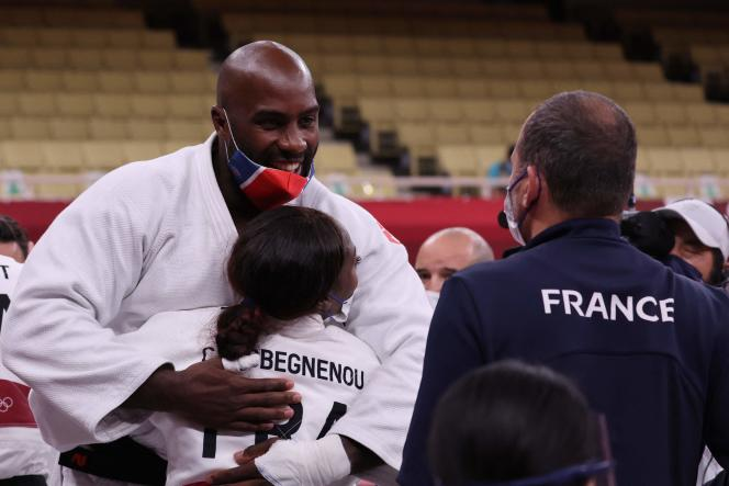 Teddy Riner celebrates the French victory with Clarisse Agbegnenou in Tokyo.