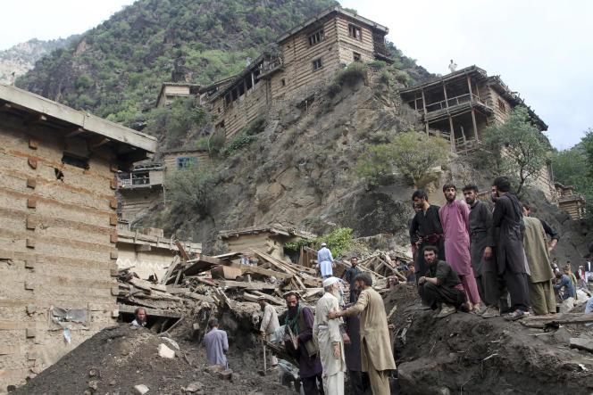Les habitants d'un village sinistré du Nouristan (nord-est de l'Afghanistan) recherchent les victimes d'une coulée de boue, samedi 31 juillet 2021.