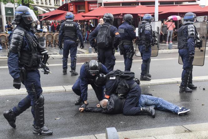 Des policiers interpellent un homme lors d'une manifestation contre le passe sanitaire, à nantes, le 24 juillet.
