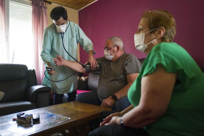Consultation à domicile auprès d'un patient atteint du Covid-19 à Linsdorf (Haut-Rhin), en avril 2020.