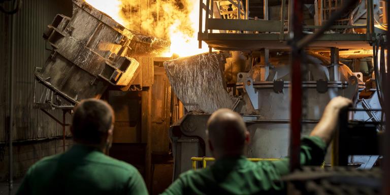 Pour Le Monde, le jeudi 15 juillet 2021, reportage à Ingrandes-sur-Vienne (Vienne) sur la Fonderie du Poitou - Fonte, qui fermera définitivement le 31 juillet prochain. Ici, à l'intérieur de l'usine, au moment de la fusion de la matière; des fondeurs regardent l'une des dernières coulées de l'usine, qui va fermer après plus de 40 ans d'existence.