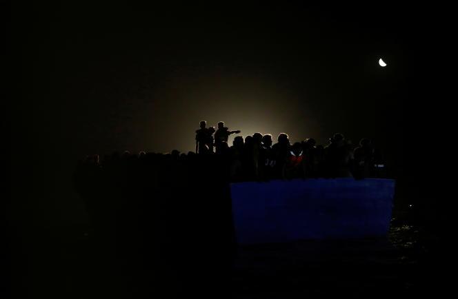 Des migrants sur une embarcation de fortune en bois secourus par les bateaux de Sea-Watch et de SOS Méditerranée, dimanche 1er août 2021.