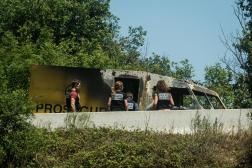 Des policiers inspectent une camionnette de transport de fonds attaquée sur l'A43, entre Lyon et Grenoble, en juillet 2019.