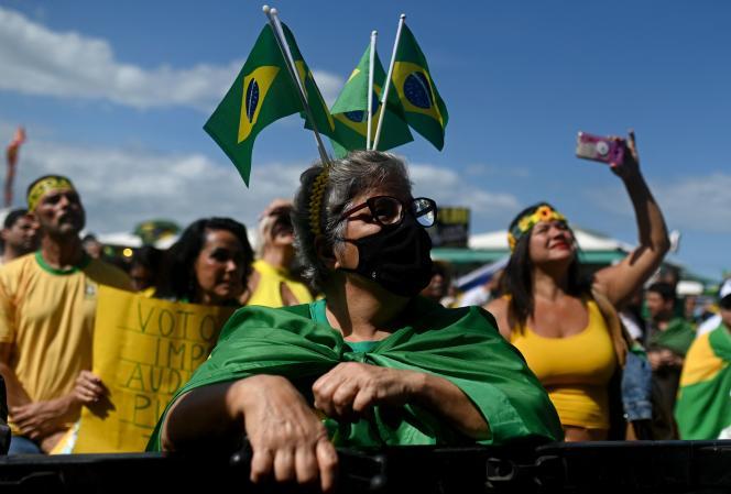 Para pengunjuk rasa muncul untuk menuntut sistem pemungutan suara baru di Rio de Janeiro, Brasil, pada 1 Agustus 2021.
