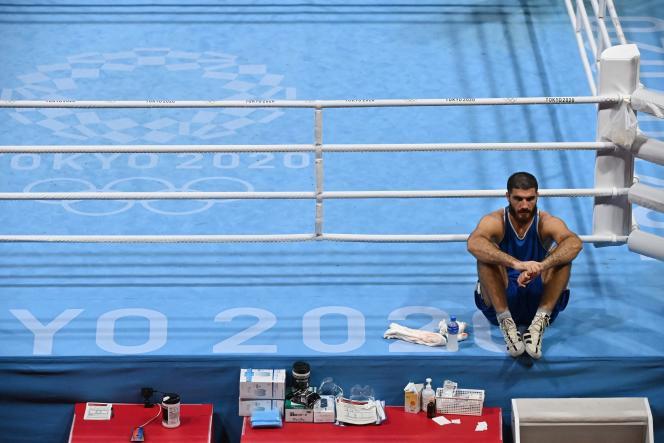 Mourad Aliev est resté de longues minutes assis après sa disqualification, dimanche 1er août à Tokyo.