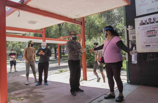 Des électeurs attendent de voter dans le cadre d'un référendum non contraignant, à San Miguel Topilejo (Mexique), le 31 juillet 2021. Ils doivent décider si les ex-présidents mexicains doivent être jugés pour tout acte illégal effectué pendant leur mandat.