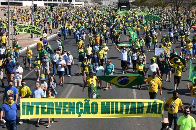 Kerumunan di lapangan pendeta di Brasilia (Brasil), Minggu, 1 Agustus 2021.