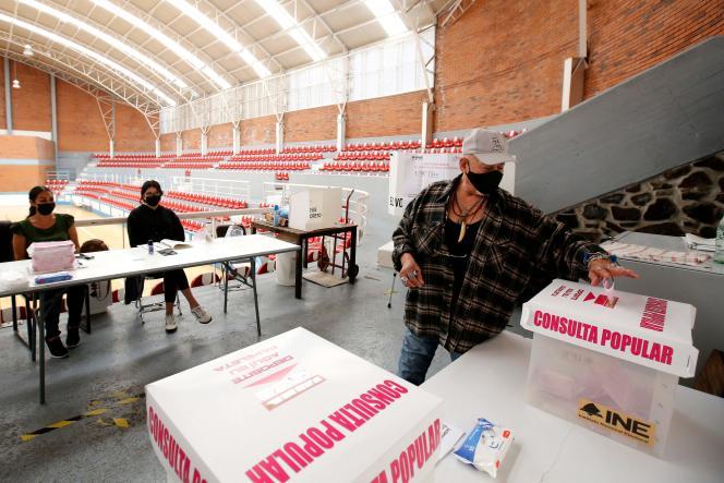 Un homme vote dans le cadre d'un référendum national pour juger les anciens présidents, à Guadalajara, au Mexique, le 1er août 2021.