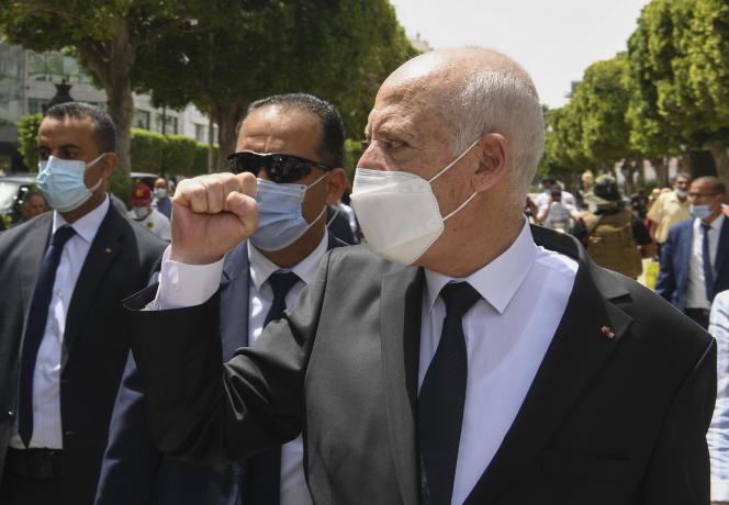 Le président tunisien, Kaïs Saïed, le 1er août 2021 sur l'avenue Bourguiba à Tunis.