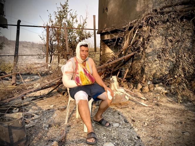 Κάτοικος της πόλης Manavgat, στη νότια Τουρκία, στα απομεινάρια του καμένου σπιτιού της.