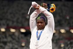 Médaillée d'argent du lancer du poids, l'Américaine Raven Saunders a brandi les bras en X en signe de soutien aux personnes oppressées.