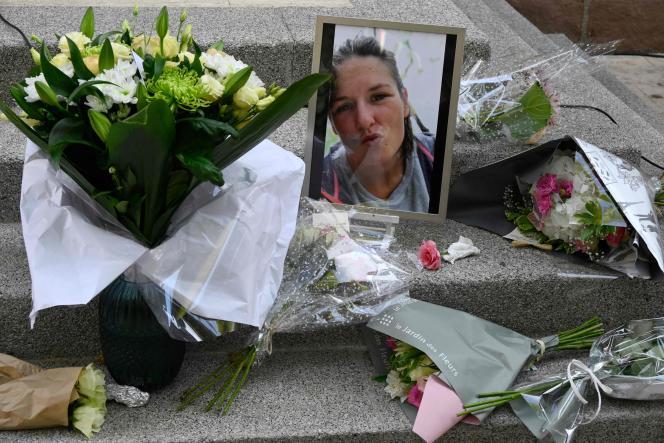 Des fleurs à la mémoire de Doriane, victime de féminicide, au Plan-de-la-Tour (Var), le 21 juillet 2021.