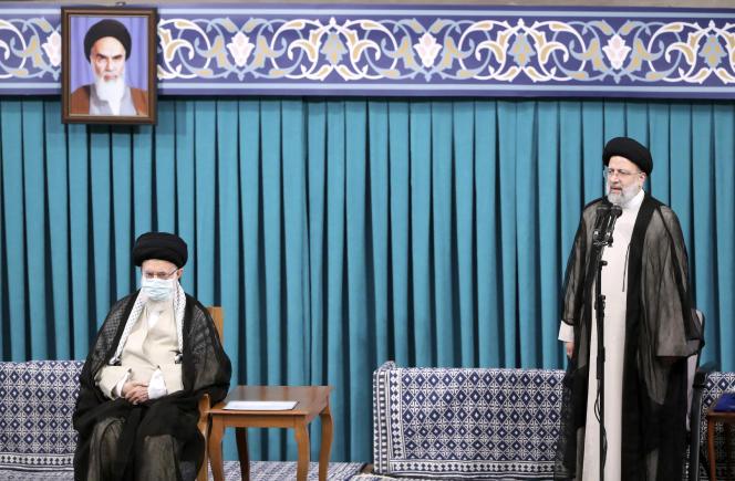 Ebrahim Raïssi (à droite) a été intronisé président de l'Iran, mardi 3 août,après l'approbation de son élection par le guide suprême, l'ayatollah Ali Khamenei (à gauche).