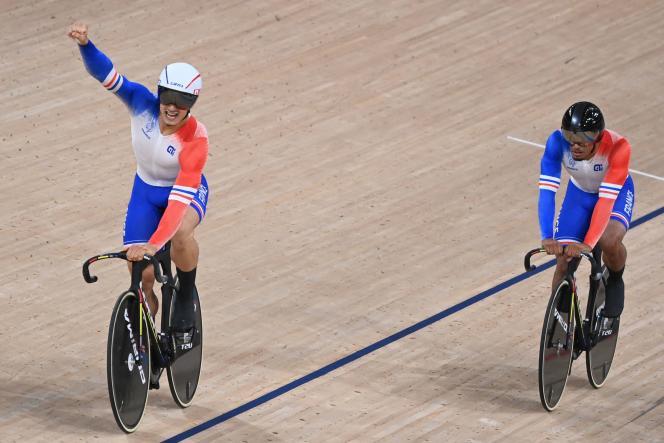 Le pistard Rayan Helal (le bras levé) célèbre la médaille de l'équipe de France dans l'épreuve de vitesse par équipes avec son partenaire Sébastien Vigier derrière lui, le 3 août 2021, au vélodrome de Shizuoka.