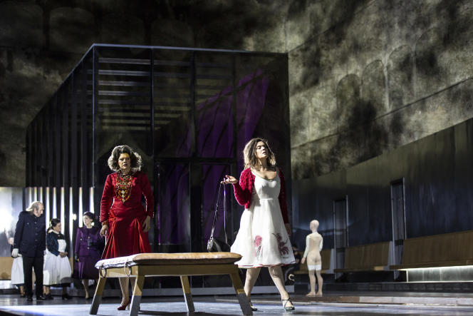 Au premier plan, Tanja Ariane Baumgartner et Ausrine Stundyte, dans « Elektra », de Richard Strauss, mis en scène par Krzysztof Warlikowski..