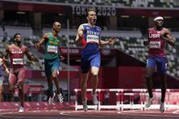 Karsten Warholm exulte après sa victoire en 400 m haies, ponctuée d'un nouveau record du monde.