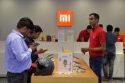 Des clients inspectent des smartphones de la marque Xiaomi dans une boutique en Inde, en août 2019.