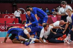 La joie de l'équipe de France masculine de volley-ball, après sa qualification en demi-finales, en venant à bout des champions du monde polonais.