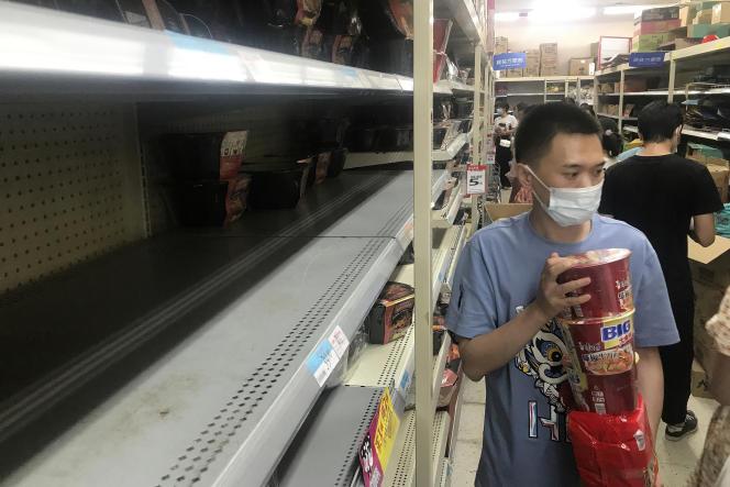 Rapidamente, a prefeitura quis tranquilizar as pessoas com a promessa de entregar e não aumentar o preço dos produtos básicos, à medida que imagens de prateleiras vazias fotografadas em supermercados se espalhavam pela internet.