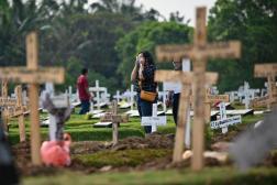 Dans un cimetière de Djakarta, le 1er août 2021.