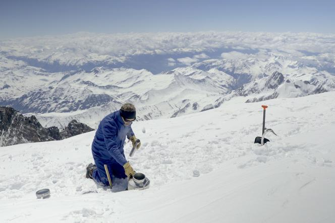 Prélèvement d'échantillons sur le sommet du mont Blanc, le 14 juin 2021, dans le cadre du projet Clean Mont-Blanc.