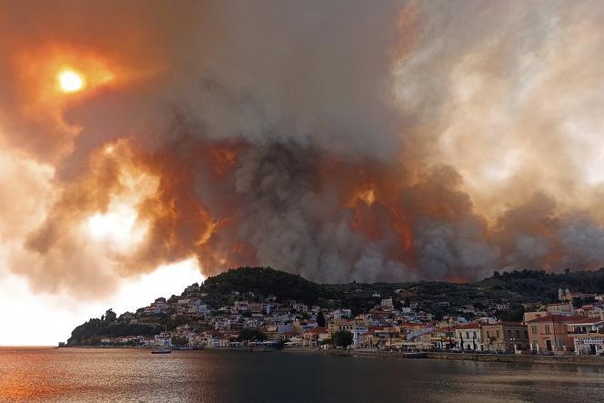 Un panache de fumée sur les montages de l'île d'Eubée, au nord d'Athènes, mardi 3août2021.