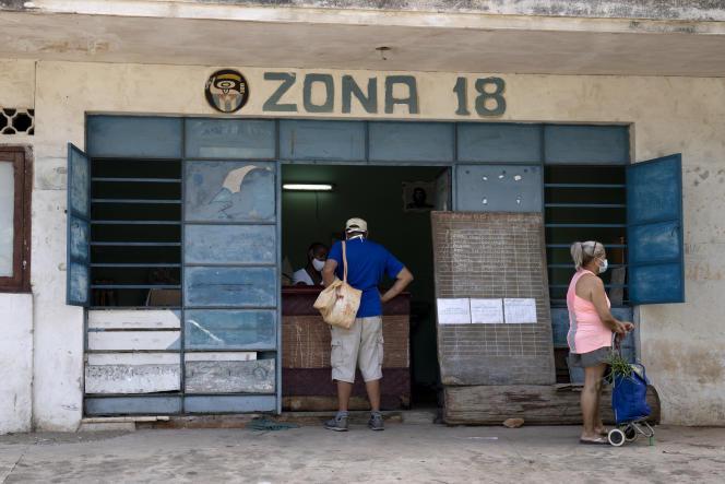 Les résidents reçoivent de la nourriture dans une «bodega» subventionnée par le gouvernement à La Havane, Cuba, le jeudi 15 juillet 2021.