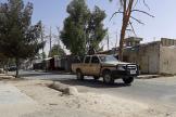 Les forces afghanes patrouillent une rue déserte de Lashkar Gah, dans la province du Helmand, en Afghanistan, le 3 août.