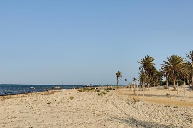 Une plage de Zarzis désertée par les touristes, le 3 août 2021, Tunisie.