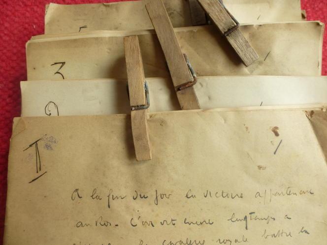Manuscrit inédit de « La Volonté du roi Krogold », une légende féérique de Louis-Ferdinand Céline. L'écrivain avait l'habitude de rassembler les feuillets de chaque chapitre avec des pinces à linge.
