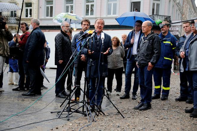 Le président de la CDU, Armin Laschet, lors d'une visite le 3 août à Stolberg, en Allemagne, après les inondations.